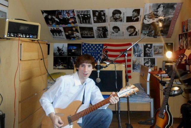 Davidovi Novotnému stačí vstát s postele ve svém podkrovním pokojíčku, vztít do ruky kytaru a může nahrávat. Ve svém Beatles projektu se pokusil co nejvěrněji napodobit sound 60. Let.
