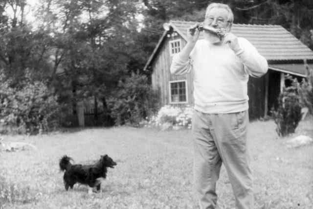 Jan Werich na své chatě v údolí Na šlajfu