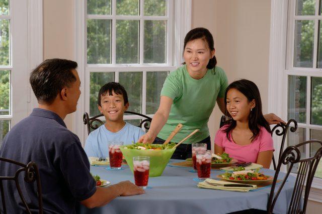 Šťastná rodinka. Naše stereotypy o postavení ženy ještě utvrzují (i západní) reklamy a fotky v lifestylových magazínech