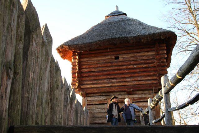 Archeopark v Netolicích. Strážní věž slouží jako rozhledna