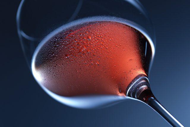 Červené víno, sklo, drink (ilustrační foto)