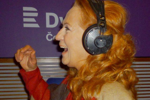 Simona Stašová se během vysílání pořadu Nezatloukat na Dvojce evidentně skvěle bavila | foto: Archiv Hanky Švejnohové