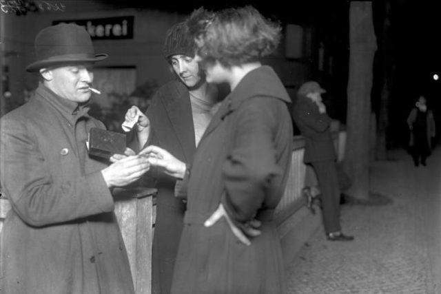 Ženy pořizující si kapsle kokainu (snímek z roku 1929)