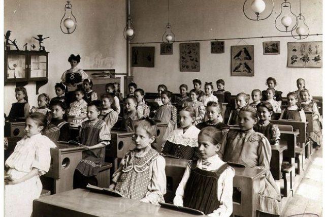 Žákyně školy u sv. Vojtěcha v roce 1907 | foto: Archiv ZŠ Brána jazyků