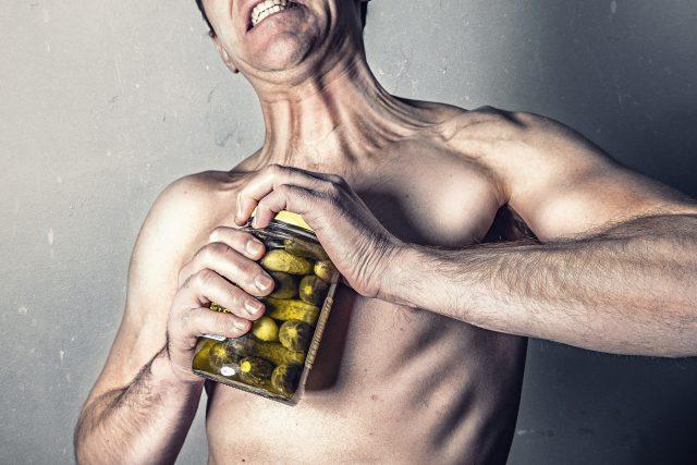 Muž vs. okurky. Může schopnost otevřít sklenici okurek ovlivnit výběr partnera? | foto: CC0 Public domain,  Fotobanka Pixabay