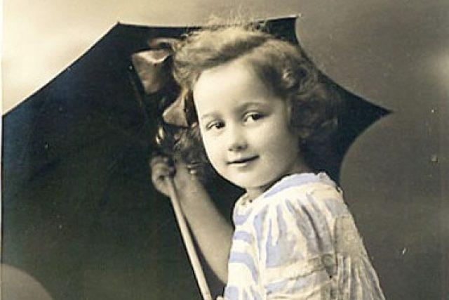Dívka s deštníkem na dobové fotografii. Byl český výrobce deštníků naším prvním skutečným mafiánem?