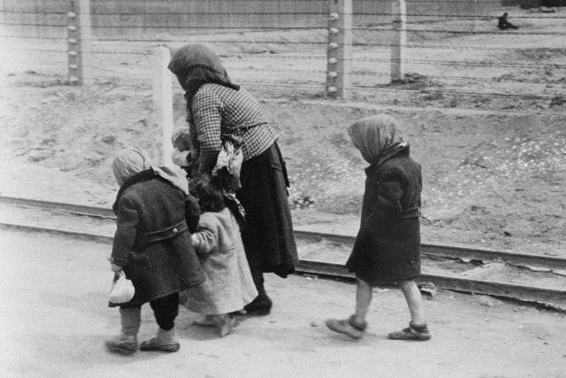 Židovská žena kráčející s dětmi k plynové komoře v Osvětimi
