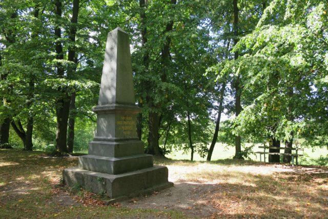 Památník na vraclavském hradišti stojí od roku 1908. Připomíná 800 let od povraždění Vršovců