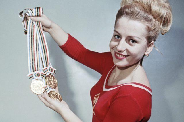 Věra Čáslavská se zlatými olympijskými medailemi