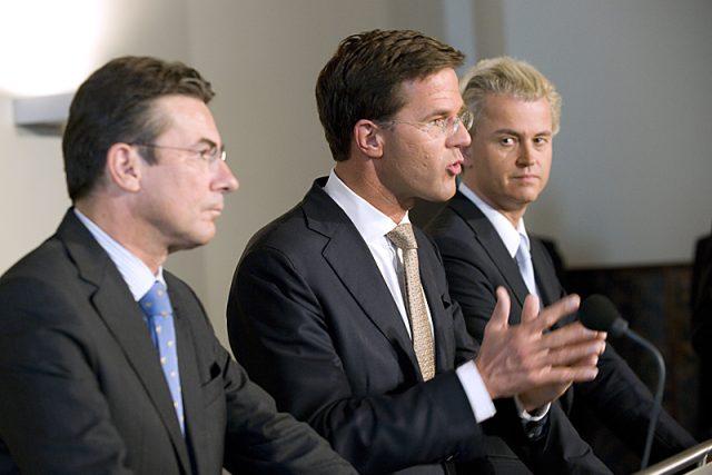 Nizozemský předseda vlády Mark Rutte (uprostřed) a lídr Strany pro svobodu Geert Wilders (vpravo)