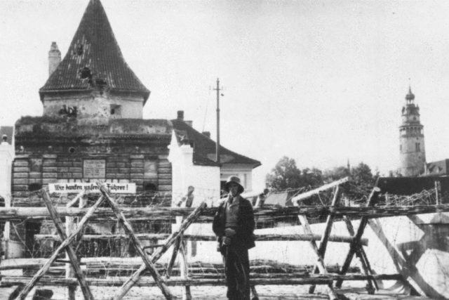 Zátaras u Budějovické brány v Českém Krumlově 2. října 1938