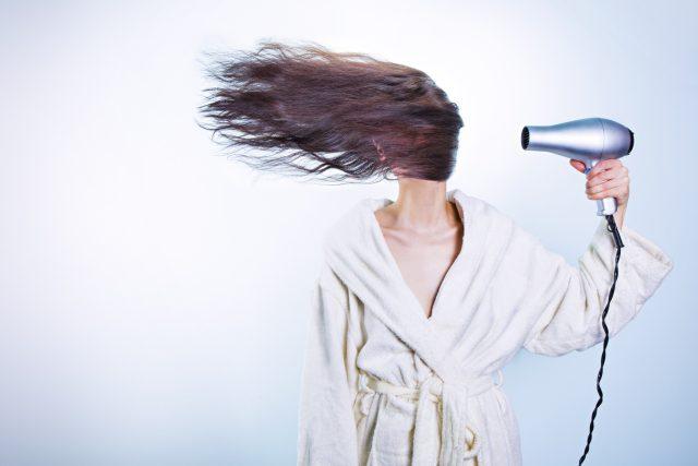 Problémy s vypadáváním nebo řídnutím vlasů mají i ženy po těhotenství | foto: Fotobanka Pixabay