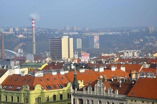 Pohled směrem do Holešovic, vlevo uprostřed Trojský most, uprostřed budova Pražské teplárenské, za ní koleje MFF UK, vzadu nahoře sídliště Kobylisy, vzadu vpravo Finanční úřad pro Prahu 8
