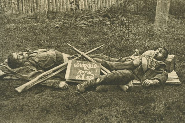 Jediná dochovaná (posmrtná) fotografie Nikoly a Juraje Šuhajových