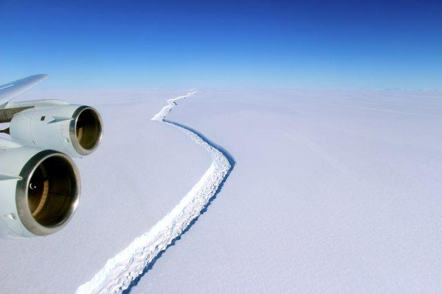 Šelfový ledovec Larsen C je teď spojený s příkrovem Antarktidy pouhými 20 kilometry ledu