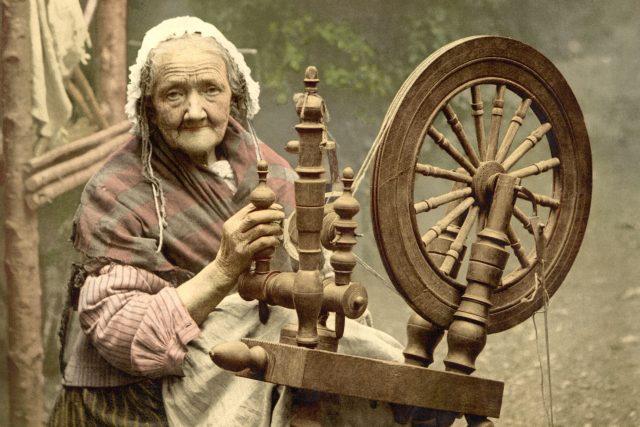 Žena s kolovratem (snímek z let 1890–1900)