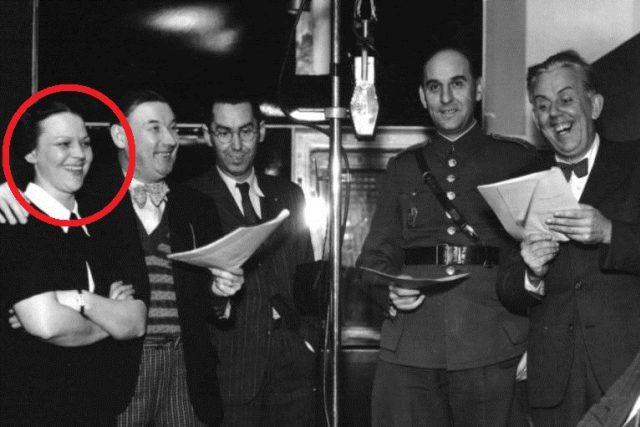 Anna Letenská v roce 1938 v rozhlase. Spolu s ní jsou na fotografii například herci Eman Fiala nebo Ferenc Futurista