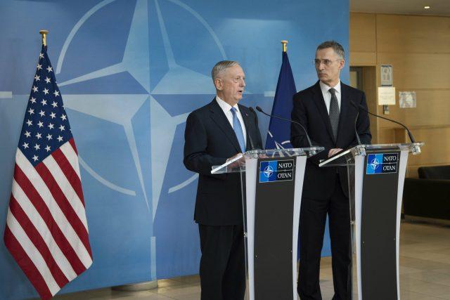 Americký ministr obrany James Mattis a generální tajemník NATO Jens Stoltenberg