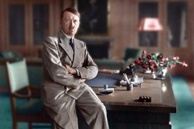Heinrich Hoffmann: Adolf Hitler ve svém sídle v Berghofu  (kolorovaná fotka) | foto: bundesarchiv.de   ,  Wikimedia Commons,   CC-BY-SA,  Heinrich Hoffmann