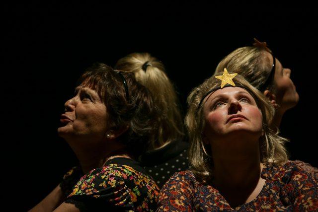 Jsem všude kolem tebe: Čtyři ženy v amatérském divadelním představení. Čtyři ženy po velké, těžko popsatelné zkoušce. Čtyři příběhy o bolesti a naději