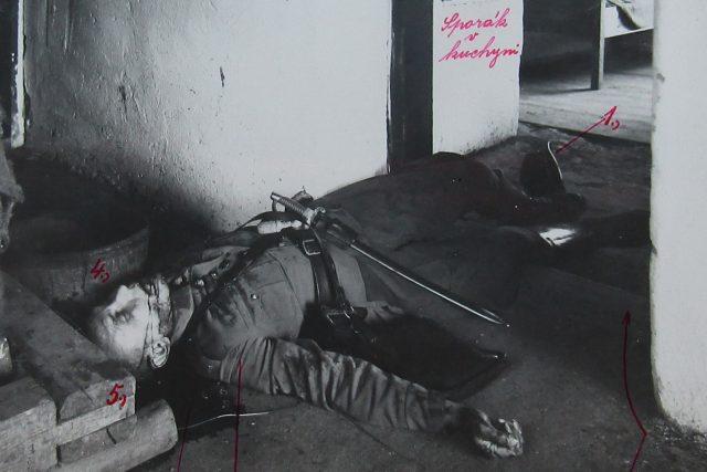 Fotografie z místa činu: zavražděný strážmistr Knoll