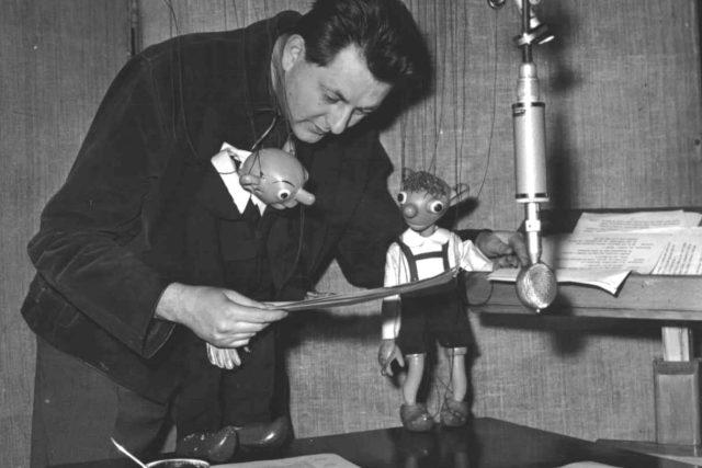 Miloš Kirschner s loutkami u mikrofonu | foto: Archivní a programové fondy Českého rozhlasu