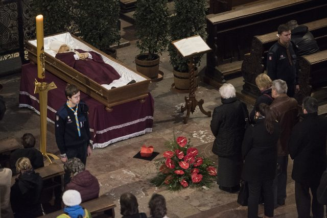 Katedrála svatého Víta. Lidé přišli vzdát hold zesnulému kardinálovi Vlkovi.