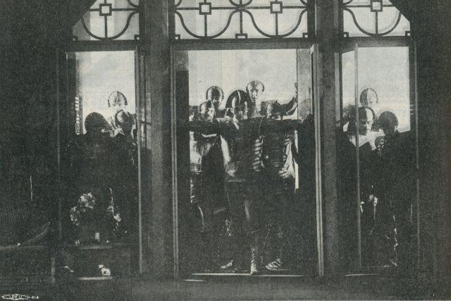 Roboti triumfují,  scéna ze hry Karla Čapka R.U.R.  (Journal of Electrical Workers and Operators,  December 1929,  p. 632.)   foto: Zdroj: Flickr,   CC BY-NC-SA 2.0,  Tobias Higbie