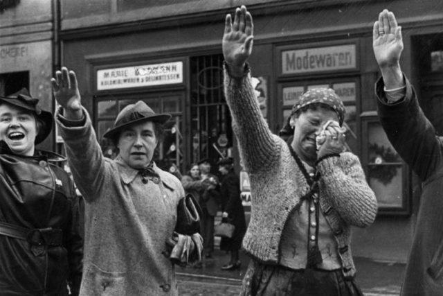 Obyvatelé Chebu zdraví německé jednotky vstupující v říjnu 1938 do města | foto: bundesarchiv.de   ,   CC-BY-SA 3.0,  Wikimedia Commons