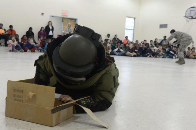 Pyrotechnik při simulaci zneškodnění bomby ve škole