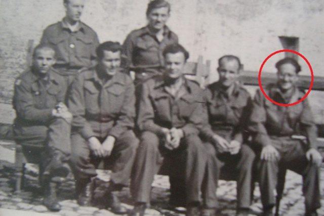 Bedřich Utitz (v první řadě první zprava) a další zajatci u Dunkerque