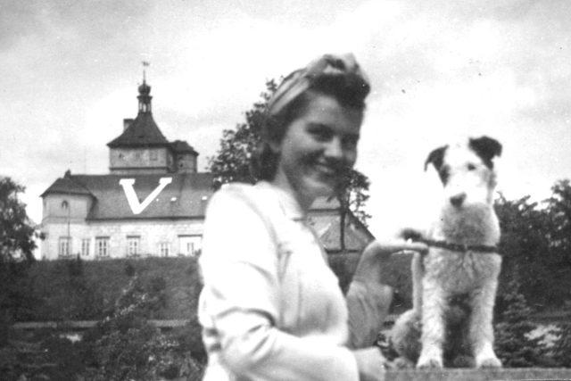 Hana Krupková s pejskem (1941)