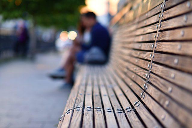 Mladý pár na lavičce
