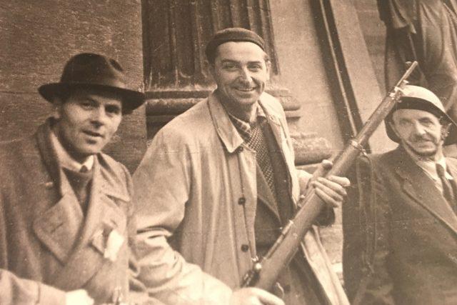 Eduard Haken na hlídce Národního divadla během Květnového povstání