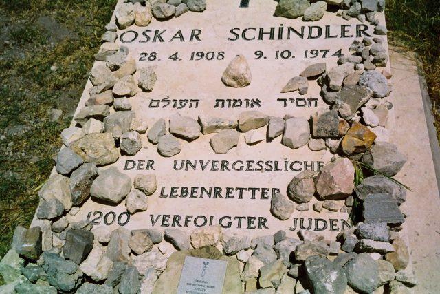 Hrob Oscara Schindlera na katolickém hřbitově na hoře Sion v Jeruzalémě | foto: Tali Nates