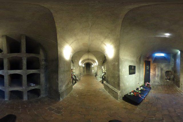 Sférická fotografie z krypty chrámu sv. Cyrila a Metoděje v Resslově ulici v Praze