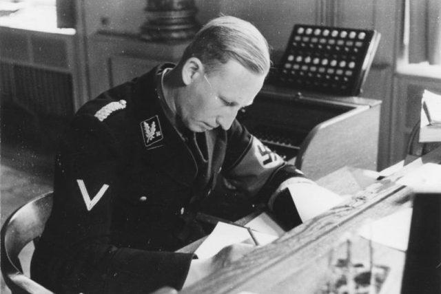 Reinhard Heydrich v roce 1934   foto:  Friedrich Franz Bauer,   CC-BY-SA 3.0,   Bundesarchiv,  Bild 152-50-10