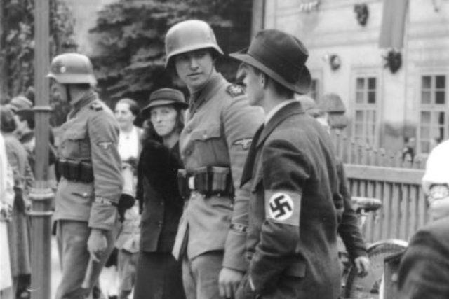 Němečtí vojáci a civilisté při okupaci Sudet. Cheb (1938)