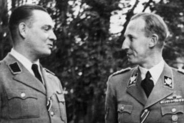 Reinhard Tristan Eugen Heydrich (vpravo) s Horstem Böhmem v Praze v září 1941