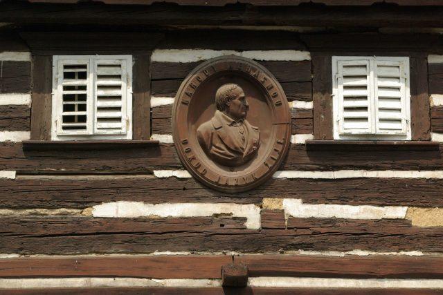 Průčelí Hankova domu v Hořiněvsi s kovovým reliéfem, který připomíná slavného rodáka a jeho životní krédo