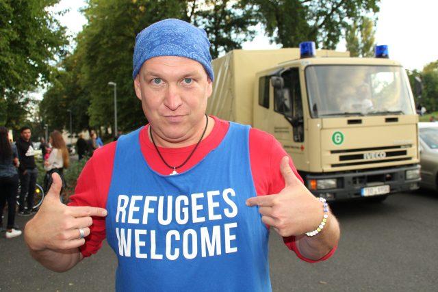 """""""Uprchlíci vítejte,"""" stojí na triku"""