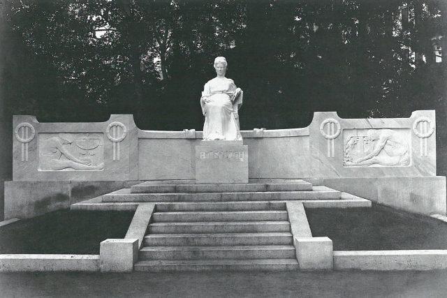 Dobová fotografie pomníku císařovny Alžběty Bavorské z roku 1905   foto:  archiv Muzea ve Františkových Lázních a Muzea Cheb
