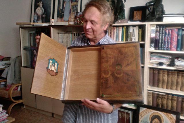 Historik Vladimír Horpeniak ukazuje skříňku,  ve která obsahovala darovací listinu k hradu Kašperk | foto: Jitka Englová,  Český rozhlas