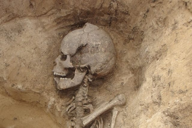 Hrob porušený zásobní jámou z mladší doby bronzové