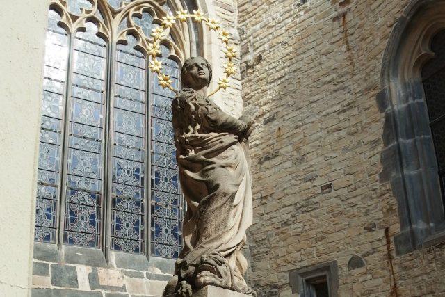 První kamenná kopie Panny Marie Neposkvrněné od Petra Váni. Stojí u Týnského chrámu na provizorním podstavci