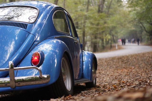 Automobil na podzimní silnici