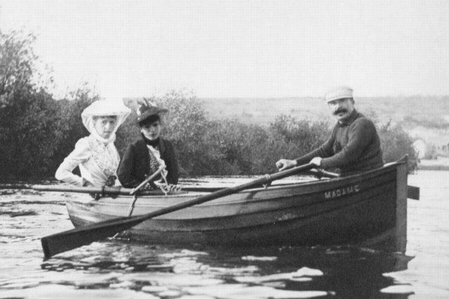 Geneviève Straus (paní Bizetová), paní Maurice Lippmannová (rozená Colette Dumasová z Hauterive) a Guy de Maupassant v roce 1889