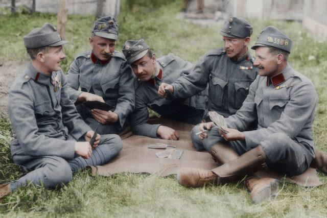 Vojáci Rakousko-Uherska hrají karty