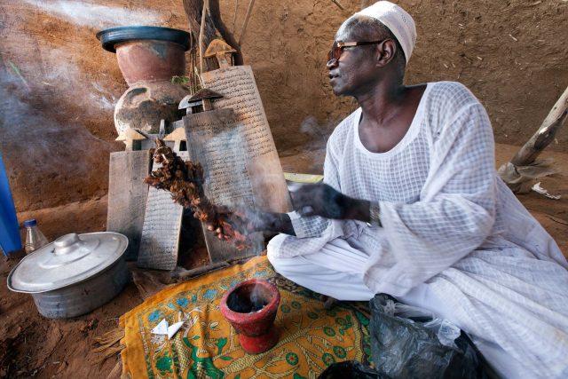 Tradiční africký léčitel z tábora Abu Shouk