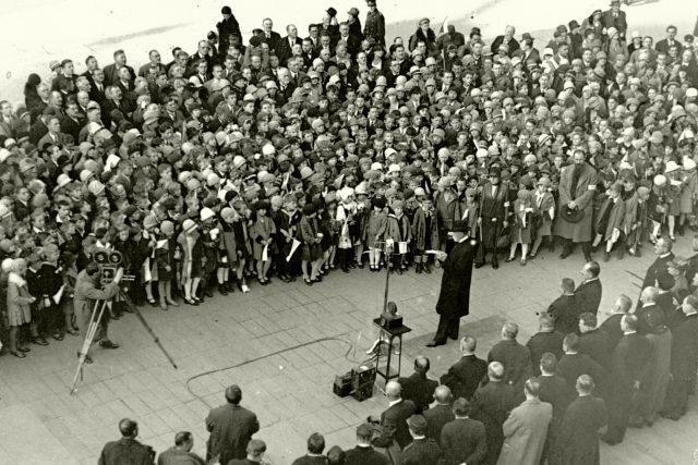 Prezident T. G. Masaryk hovoří ke školní mládeži. Rozhlasový přenos z Pražského hradu při oslavách 10. výročí republiky 27. října 1928